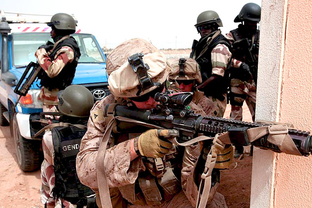 800px-13th_MEU_trains_with_GIGN_pic_4